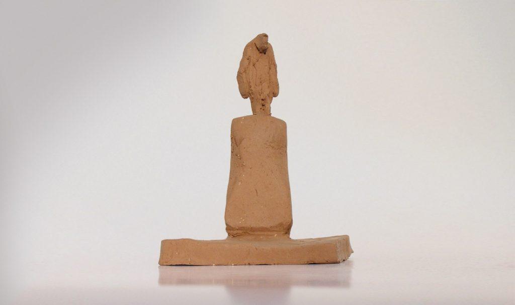 """Figurine sur socle"". Terre."